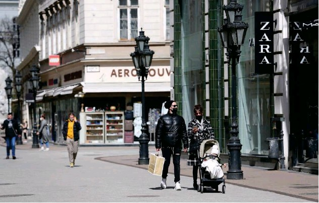 ??  ?? ↑ Busy buyers on a shopping street in downtown Budapest, Hungary. File/reuters
