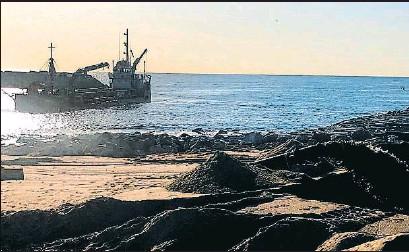 ?? AYUNTAMIENTO DE BADALONA ?? Labores de dragado en la playa de la Marina de Badalona