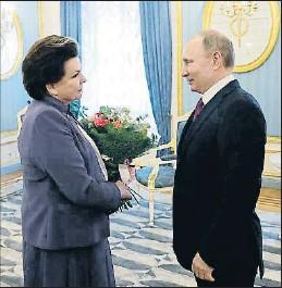 ?? ALEXEI NIKOLSKY / AP ?? La primera russa que va viatjar a l'espai, amb Putin el dia 6 passat