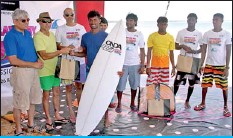 ??  ?? Asanka Sanjeewa (Blue) receiving his prize from Dirk Flamer Caldera and Ajai Singh partners of Arugam Bay Beachwear watched by Sumit Law Director Commercial Millers Ltd. Also in the picture are P. Kavindran and Praneeth Sandaruwan. Pictures by Kushan...