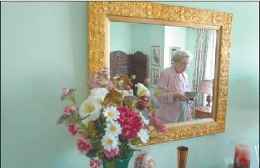 ?? PAT MCGRATH, THE OTTAWA CITIZEN ?? 'This is like having my own apartment,' says Wedgewood resident Vera Jones.