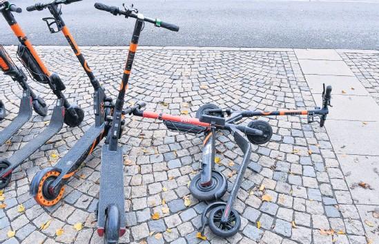 ?? Arkivbild: Jonas Ekströmer ?? Det omdebatterade fenomenet med elsparkcyklar som hyrs tillfälligt via olika appar sprids allt mer utanför storstäderna, och är både älskat och hatat.