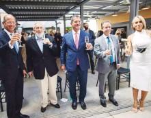 ??  ?? INAUGURADO. El gobernador Pedro Pierluisi (al centro) junto a los inversionistas Cyril Meduña y Hugh Andrews, el alcalde Miguel Romero y la gerente del hotel, Sara Vélez.
