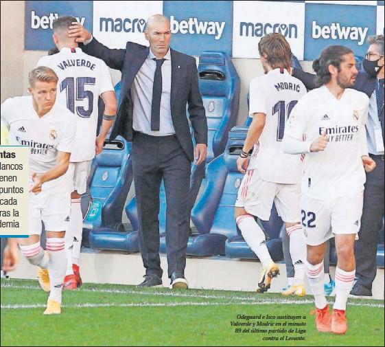 ??  ?? Odegaard e Isco sustituyen a Valverde y Modric en el minuto 89 del último partido de Liga contra el Levante.
