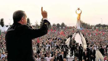 ?? Prezident Erdogan slíbil tvrdou odplatu všem, kdo stojí proti jeho režimu. FOTO REUTERS ?? Srazíme jim hlavy!