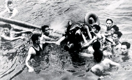 ?? PHOTOS: GETTY IMAGES ?? John McCain is pulled out of a Hanoi lake by North Vietnamese soldiers and civilians on October 26, 1967. Mccain's A-4E Skyhawk was shot down by a surface-to-air missile.