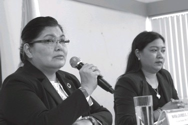 ??  ?? NATIONAL Economic and Development Authority (NEDA) Regional Director Maria Lourdes Lim discuss to reporters on the region's socioeconomic performance last year and the 2020 development outlook during the presscon on Friday. At right is Frances Mae Macapagat, regional director of the Philippine Information Agency. BING GONZALES