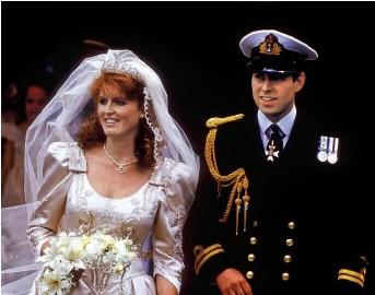 ??  ?? Hace 35 años, los duques de York a la salida de su boda, el 23 de julio de 1986.