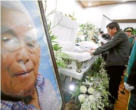 ??  ?? LAST RESPECTS President Duterte pays his last respects to the late Senate President Aquilino Pimentel Jr. at Heritage Memorial Park in Taguig City on Tuesday night.