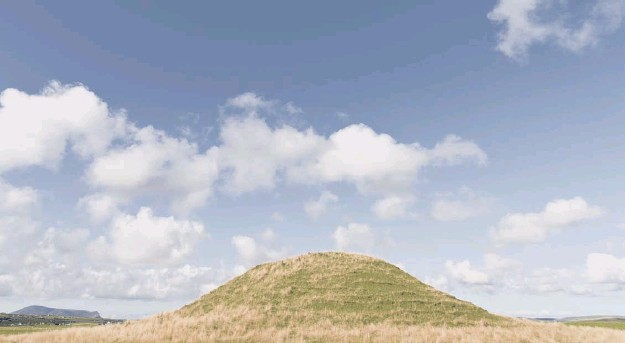 ?? PIC­TURE: MARK FER­GU­SON/SHUTTERSTO­CK ?? 0 A new study has re­vealed that parts of Maeshowe , a 5,000-year-old tomb in Orkney, were built up­side down to rep­re­sent the af­ter­life