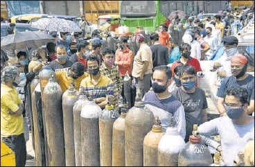 ?? ANI ?? Family members of Covid-19 patients wait to fill their empty cylinders outside an oxygen filling cente in New Delhi on Tuesday.