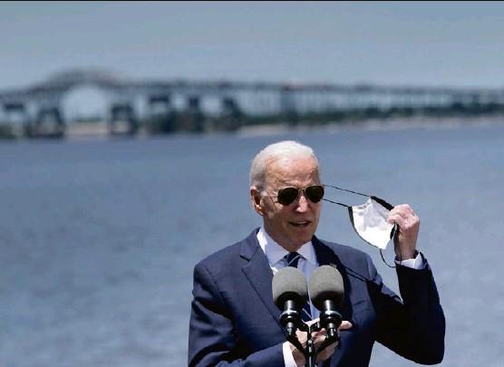 ?? Foto: Brendan Smialowski (AFP) ?? «Auf uns warten jetzt bessere Zeiten, ich verspreche es Ihnen»: Präsident Joe Biden, ab sofort ohne Maske.