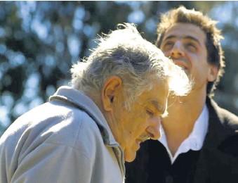 ??  ?? Pepe Mujica trabaja en el falso documental Traigan el porro.