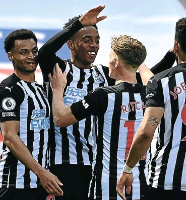 ?? Picture: Reuters ?? Joe Willock, arms raised, celebrates his last-gasp winner for Newcastle against high-flyers West Ham yesterday.