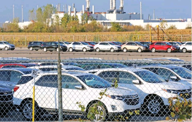 ?? Reuters ?? ↑ Cars for exports parked near the General Motors' assembly plant in Ingersoll, Canada.