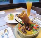 ?? AHMAD DIDIN/JAWA POS ?? MAIN COURSE: Tengkleng kurma tulang sapi ini pas dinikmati dalam kondisi panas.