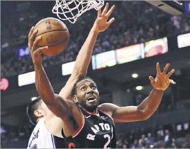 ?? Frank Gunn/the Associated Press ?? Kawhi Leonard and the Toronto Raptors hope to emerge from the Eastern Conference playoffs that begin Saturday.