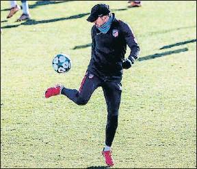 ?? RODRIGO JIMENEZ / EFE ?? Diego Simeone, ayer en el entrenamiento del Atlético