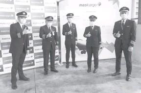 ?? — Gambar Bernama ?? SELAMAT: Nur Waie Hidayah (dua kanan) seorang daripada lima juruterbang dan satu-satunya juruterbang wanita yang dipertanggungjawabkan menerbangkan vaksin jenis Sinovac untuk rakyat Malaysia itu tiba di negara ini dengan selamat. Nur Waie Hidayah bersama empat juruterbang lain iaitu Datuk Kapten Tengku Ahmad Farizanudean Al-Haj, Chin Vun Ben, Kapten Mohamed Razif Abdul Aziz dan Kapten Khairul Syukri Khali diberi peranan mengendalikan pesawat Airbus 330300 untuk penerbangan dari Beijing, China ke Lapangan Terbang Antarabangsa Kuala Lumpur (KLIA), Sepang.