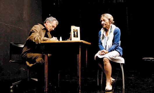 """??  ?? Marta Lubos y Daniel Miglioranza en una escena de """"El diccionario"""". En sus últimos años Moliner perdió la memoria y, con ella, las plabaras."""
