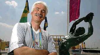 ?? Foto: Guy Wolff ?? 2004 in Athen ist Heinz Thews erstmals als Vertreter des Nationalen Olympischen Komitees bei den Olympischen Spielen dabei.