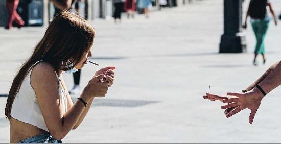 CATALUNYA ESTUDIA PROHIBIR FUMAR AL CARRER