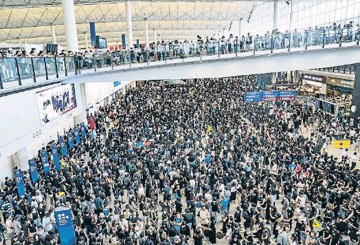 EL TANCAMENT DE L'AEROPORT DE HONG KONG AGREUJA EL CONFLICTE AMB LA XINA