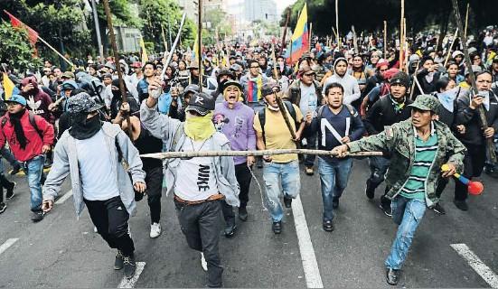 EL GOBIERNO DE ECUADOR SE REFUGIA EN GUAYAQUIL