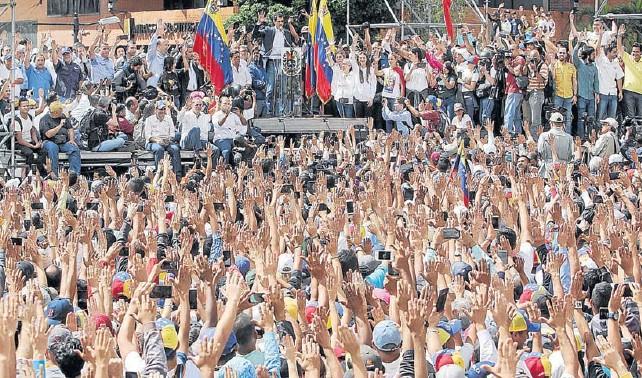 GUAIDÓ ASUME PRESIDENCIA INTERINA Y RECIBE RESPALDO MUNDIAL
