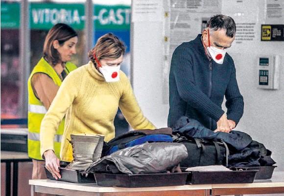 VIAJEROS CON MASCARILLAS EN LA TERMINAL DE FORONDA
