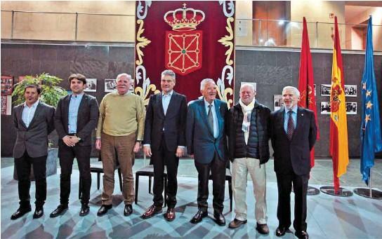 UN HALCÓN VIGILA DESDE LA CATEDRAL DE PAMPLONA A LAS PALOMAS