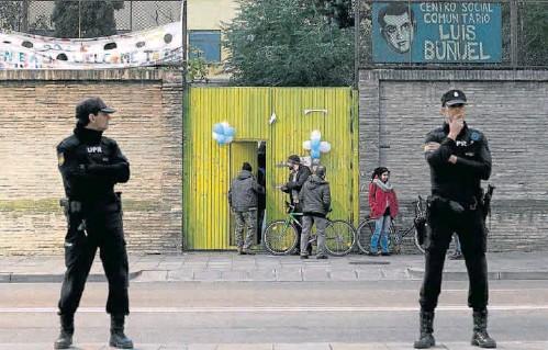 LA POLICÍA PROTEGE LA CHARLA DE LA GRAPO EN EL CENTRO LUIS BUÑUEL