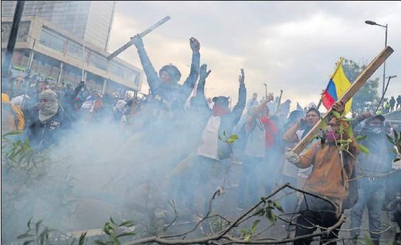 LA PROTESTA CONTRA MORENO LLEGA AL PARLAMENTO DE ECUADOR