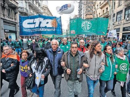 LOS SINDICATOS PARALIZAN DE NUEVO BUENOS AIRES TRAS EL AGRAVAMIENTO DE LA CRISIS