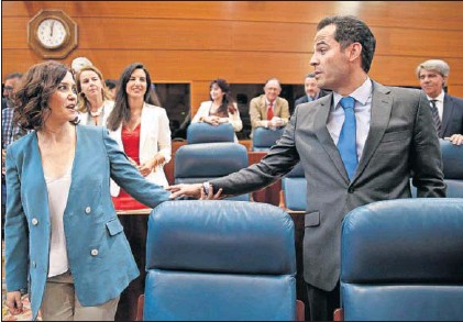 """DÍAZ AYUSO PROMETE UNA REBAJA FISCAL """"HISTÓRICA"""" Y LANZA GUIÑOS A VOX"""